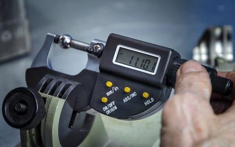 Dispositivo para medir el grosor de un metal