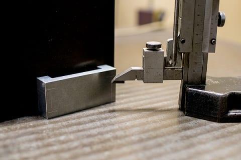 Medidor de altura digital en la placa de la superficie