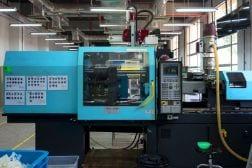Moderna máquina de moldeo con robot